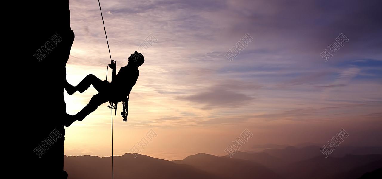 黄昏傍晚攀岩运动人物剪影