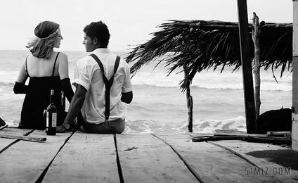 成人海灘小屋黑色風景愛假期人物特寫情侶大海背景圖片