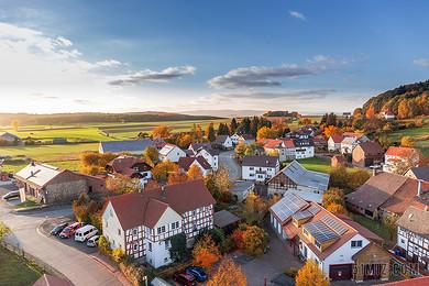 山村田園風光多層低建筑背景圖片