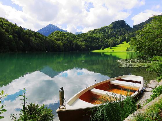 自然休闲群山之间的湖边小船旅游放松山水背景图片标签: 云 针叶树