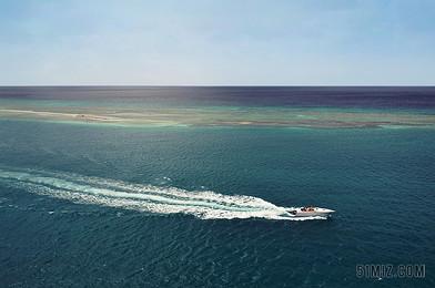 藍色自然風景藍色大海中的快艇背景圖片