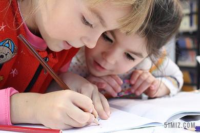 彩色人群可愛兩個小孩在做作業兒童學習學生上課圖片