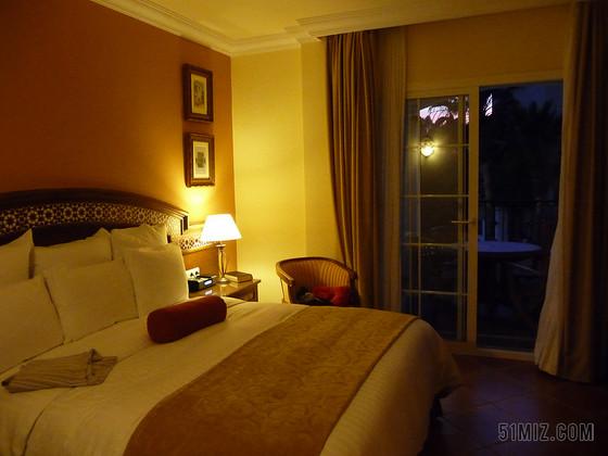 夜晚酒店臥室室內設計廣告背景圖片