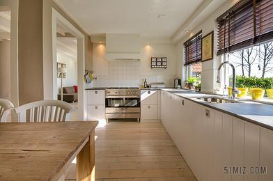 室內溫馨溫馨的家庭廚房背景圖片