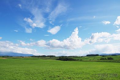 自然廣闊清新藍天下的草原草地旅游自然草原背景圖片