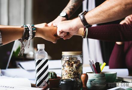 工作人士在辦公室碰拳鼓勵士氣激勵創業團隊建設圖片