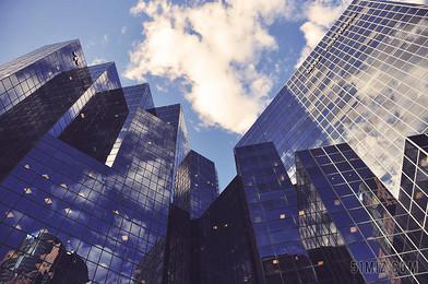 藍天下城市高樓建筑城市背景圖片