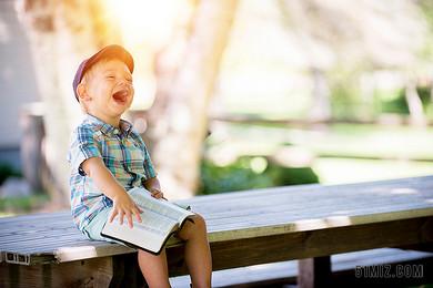 人物小孩寶寶娃娃坐在長椅大笑童真可愛開心高興圖片
