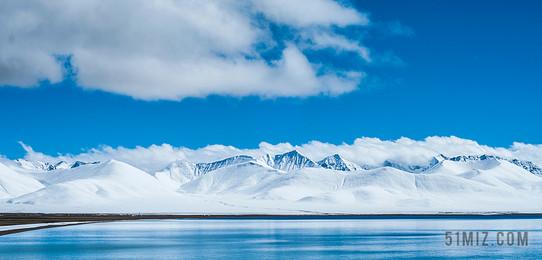 白色旅游自然雪山在藍天河流山水圖片