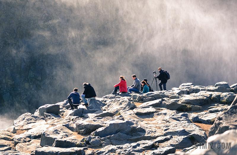 旅游险峻人在悬崖看风景农村背景图片