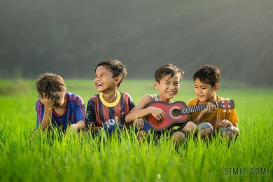 人物兒童孩子草地上演奏音樂快樂開心高興童年童真圖片