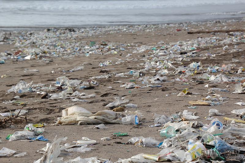 广告清新户外海滩废弃的垃圾堆污染环境背景图片