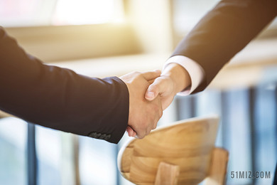 商務人士談判客戶握手圖片