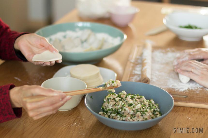 中國傳統包餃子