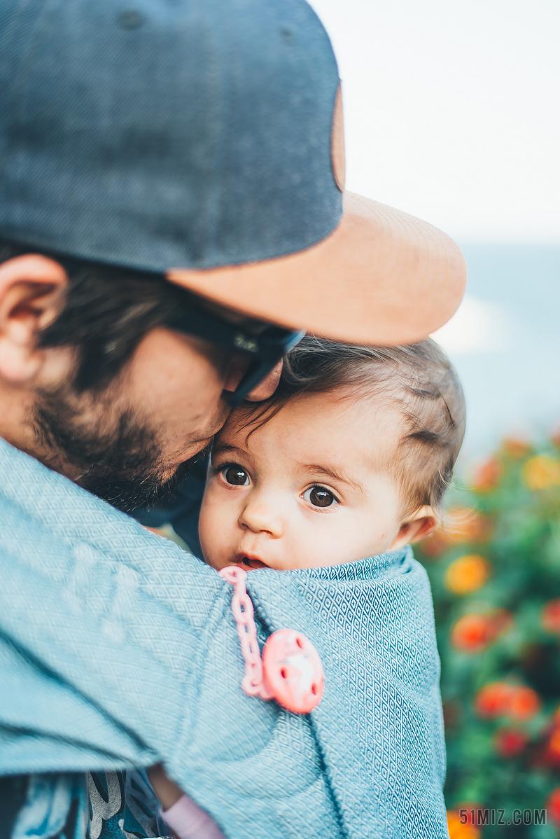 朋友一起走背影_父亲抱着儿子海滩看日落背影图片免费下载 - 觅知网